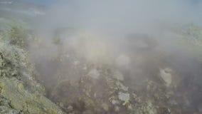 Vulkanisch landschap: fumarolic activiteit, de hete lentes stock footage