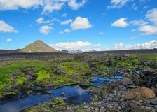 Vulkanisch landschap met ijzige rivier die van Myrdalsjokull-gletsjer, Hvanngil, Laugavegur-Sleep, hooglanden lopen van IJsland royalty-vrije stock foto's