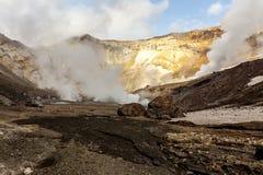 Vulkanisch Landschap Stomend, zwavelachtige, actieve fumarolen dichtbij Volcano Mutnovsky, Kamchatka, Rusland royalty-vrije stock foto's