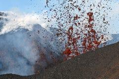 Vulkanisch landschap van Kamchatka: de Vulkaan van uitbarstingstolbachik Stock Foto's