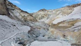 Vulkanische activiteit, zwavelfumarole en heet gas op de helling van Ebeko-vulkaan stock video