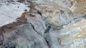 Vulkanische activiteit, zwavelfumarole en heet gas op de helling van Ebeko-vulkaan stock footage