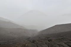 Vulkanische Asche der Schicht als Sandboden des Bergs Bromo stockfotos