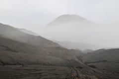 Vulkanische Asche der Schicht als Sandboden des Bergs Bromo lizenzfreie stockfotografie