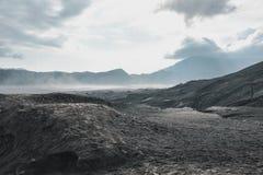 Vulkanische Asche der Schicht als Sandboden von Berg Bromo-Vulkan stockbilder
