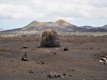 Vulkanische Bombe und Vulkan, Lanzarote lizenzfreie stockbilder