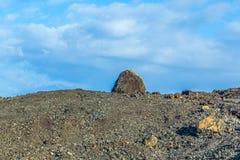 Vulkanische Bombe vor Vulkan Montana Colorada in Lanzarote, lizenzfreies stockfoto