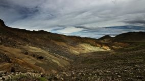 Vulkanische grond rond op een wandelingssleep Reykjavegur royalty-vrije stock foto's