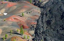 Vulkanische Hügel u. Lava-Fluss, Lassen vulkanisches N.P. stockfotografie