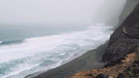 Vulkanische Küstenlinie und Atlantik Santo Antaos Starke Wellen, die in felsiges Ufer rollen Video 4K Trekkingsspur stock video