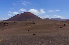 Vulkanische kegel en een lavawoestijn stock fotografie