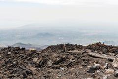 Vulkanische krater op Onderstel Etna in Sicilië stock foto's