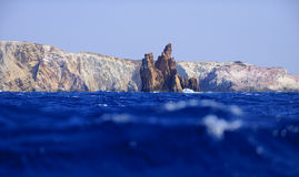 Vulkanische kustlijn van Milos-eiland stock foto