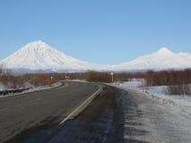 Vulkanische Landschaft des schönen Winters der Halbinsel Kamtschatka: Ansicht Eruption aktiven Klyuchevskoy-Vulkans bei Sonnenauf stockfotos