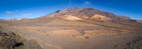 Vulkanische Landschaft mit Berg im Hintergrund Stockbild