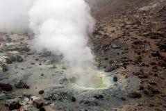 Vulkanische openingen met rook, zwavel en as Royalty-vrije Stock Foto