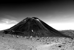Vulkanische piek in de Tongario-kruising stock afbeelding