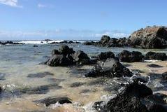 Vulkanische rotsen bij strand Hookipa Stock Fotografie