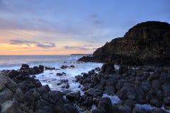 Vulkanische rotsen van Minamurra at low tide Stock Afbeeldingen