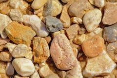 Vulkanische Steine auf einem Felsen setzen in Portalegre, Portugal auf den Strand stockfotografie