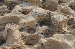 Vulkanische stenen op een zandig strand van Praia DA Ilha do Pessegueiro, Portugal Stock Foto