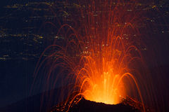 vulkanische uitbarsting in de voorgrond royalty-vrije stock afbeeldingen