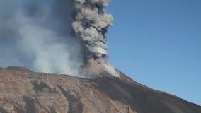 Vulkanische uitbarsting van dag stock videobeelden