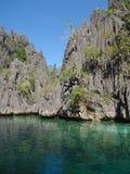 Vulkanischer Felsen und Lagune Stockbild