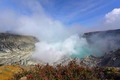Vulkanischer Krater Kawah Ijen, der das schweflige Gas noch benutzt für Schwefelbergbau in Osttimor ausstrahlt Stockbilder