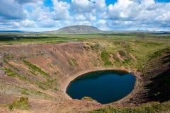 Vulkanischer Krater Kerid mit blauem See nach innen, am sonnigen Tag mit schönem Himmel, Island Lizenzfreies Stockfoto