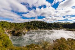 Vulkanischer Krater mit dämpfendem See stockbilder