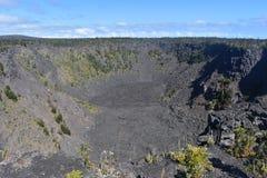 Vulkanischer Krater mit Wald und Vegetation, die beginnt zurückzukommen lizenzfreie stockfotos