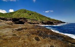 Vulkanischer Krater und Ozean Lizenzfreie Stockfotos