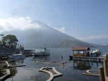 Vulkanischer See Atitlan in Guatemala wird eins von den schönsten betrachtet und ist eine große Touristenattraktion lizenzfreie stockbilder