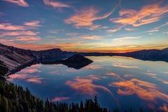 Vulkanischer Sonnenaufgang am Crater See Stockbild