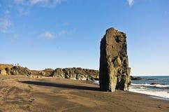 Vulkanischer Strand des malerischen schwarzen Sandes am Sommer, Süd-Island Stockfotografie