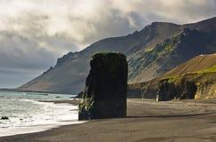 Vulkanischer Strand des malerischen schwarzen Sandes am Sommer, Süd-Island Lizenzfreie Stockfotografie