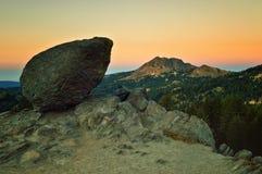 Vulkanisches Boulder an der Dämmerung, vulkanischer Nationalpark Lassens stockfoto
