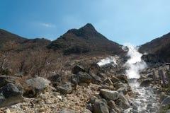 Vulkanisk gas och svavel sänds ut arkivfoto
