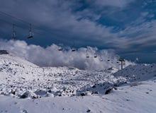 Vulkanisk krater och skidlift i snö fotografering för bildbyråer