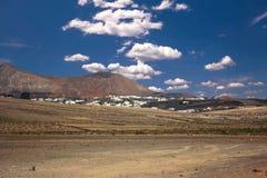 Vulkanisk La Caleta, Famare för krater nästan under en blå himmel med moln Lanzarote kanariefågelöar, Spanien royaltyfria bilder