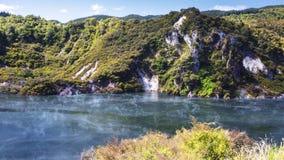 Vulkanisk sjö på waimanguen Arkivfoto