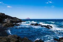 Vulkanisk strand för svart sand i Tenerife, kanariefågelöar Royaltyfri Fotografi