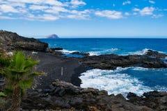 Vulkanisk strand för svart sand i Tenerife, kanariefågelöar Arkivfoto