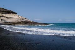 Vulkanisk strand för svart sand med havssikten i Tenerife, kanariefågelöar Royaltyfri Fotografi