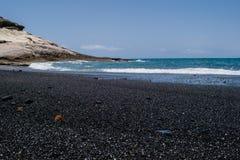 Vulkanisk strand för svart sand med havssikten i Tenerife, kanariefågelöar Royaltyfri Bild