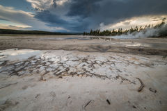 Vulkanisk varm vår på slinga för natur för springbrunnmålarfärgkruka under solnedgång i den Yellowstone nationalparken Arkivfoton