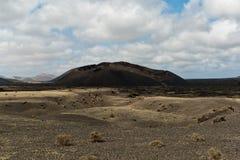 Vulkaniska berg och krater på Lanzarote Fotografering för Bildbyråer