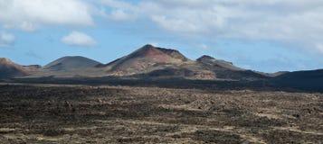 Vulkaniska berg och krater på Lanzarote Royaltyfri Foto