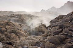 Vulkaniska gaser och ett lavaflöde Arkivbilder